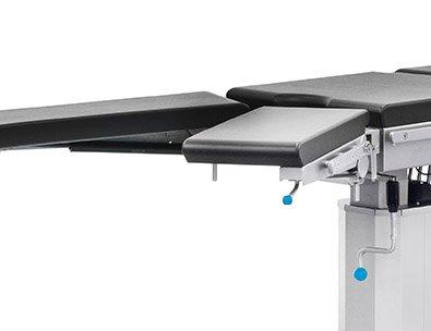 Rozchylanie segmentu podnóżków w stole operacyjnym